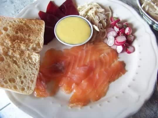 Saumon mariné à l'anetf accompagné d'une sauce et de crudités