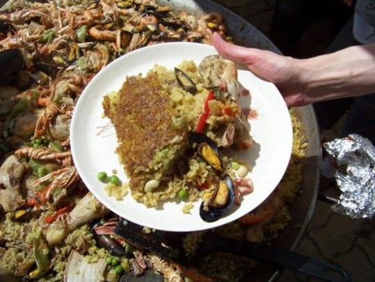 riz grillé dans le fond du plat