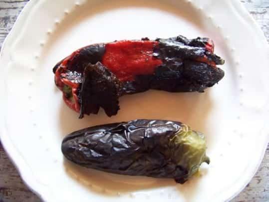 poivrons grillés : la peau est uniformément noire et craquante, elle s'enlève facilement