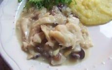 Recette de morue aux oignons, avec olives, pignons et raisins secs