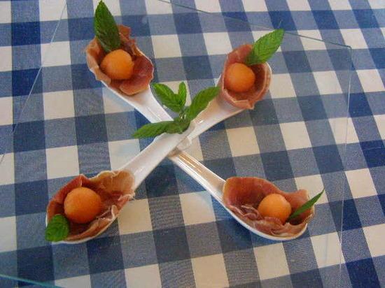 Billes  de melon dans un écrin de saumon ou de jambon crû