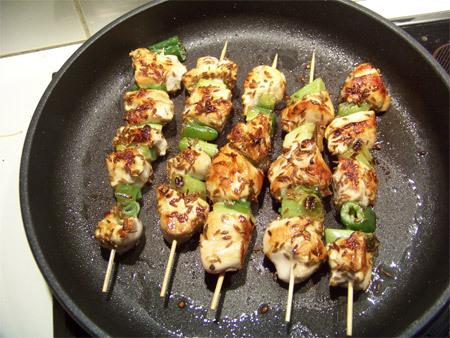 brochettes de poulet aux graines à roussir et sa sauce