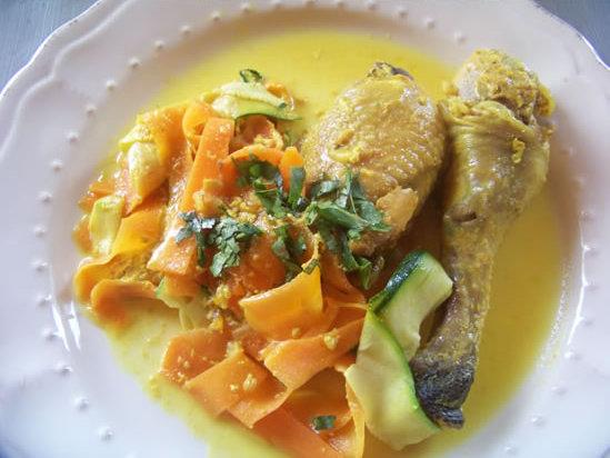 curry de poulet à la cardamome et aux pistaches, tagliatelles de légumes