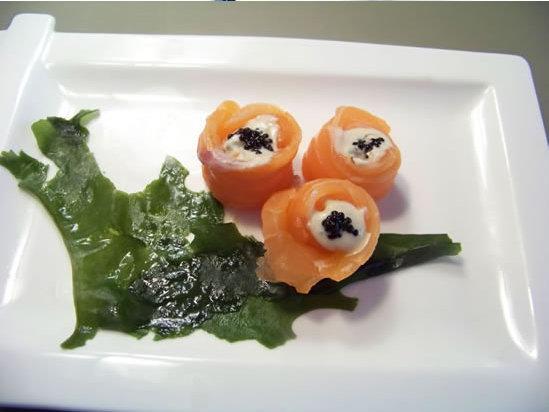 saumon cru – un sashimi facile imitant des boutons de roses