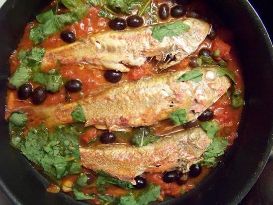 rougets à la tomate, olives et roquette