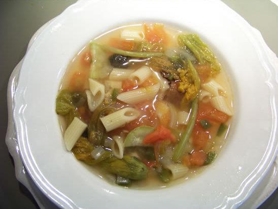 soupe de légumes aux fleurs de courgette