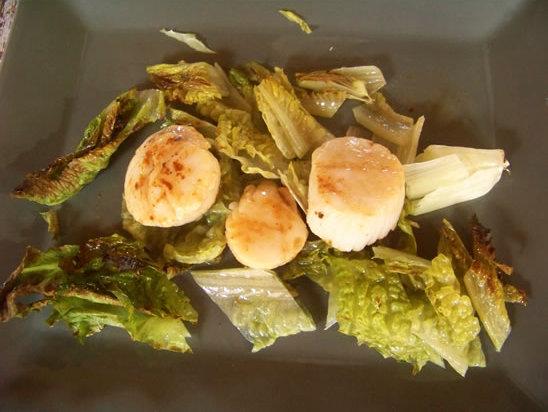 Coquilles Saint-Jacques poêlées sur lit de romaine grillée – la recette