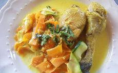 recette de curry de poulet à la cardamome et aux pistaches, tagliatelles de légumes
