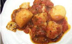 recette de morue à la tomate, pommes de terre et basilic