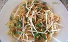 recette de Pad thaï au poulet  – nouilles sautées au poulet à la Thaïlandaise