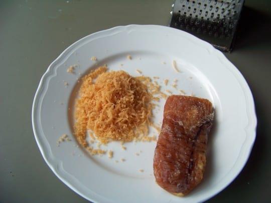 On peut manger la poutargue en fines tranches mais on peut également la râper pour l'inclure dans différents plats
