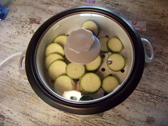 rice-cooker fermé avec l'étage de cuisson vapeur