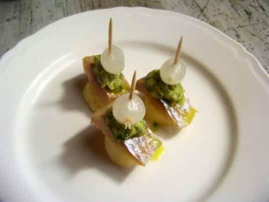 Pincho hareng fumé, pomme de terre, oignon au vinaigre, sauce verte à l'Huile d'Olive d'Espagne
