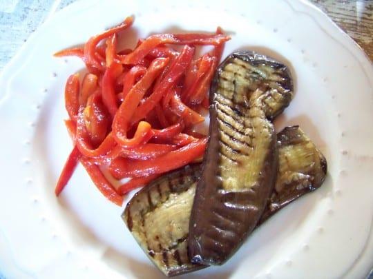 On peut ensuite servir ce délicieux antipasti d'au bergines seul ou avec par exemple des poivrons grillés ou d'autres légumes