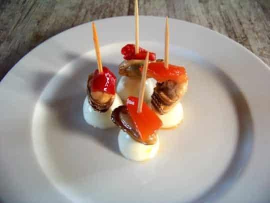 Un pincho classique:  moule à l'escabêche, oeuf de caille, poivron