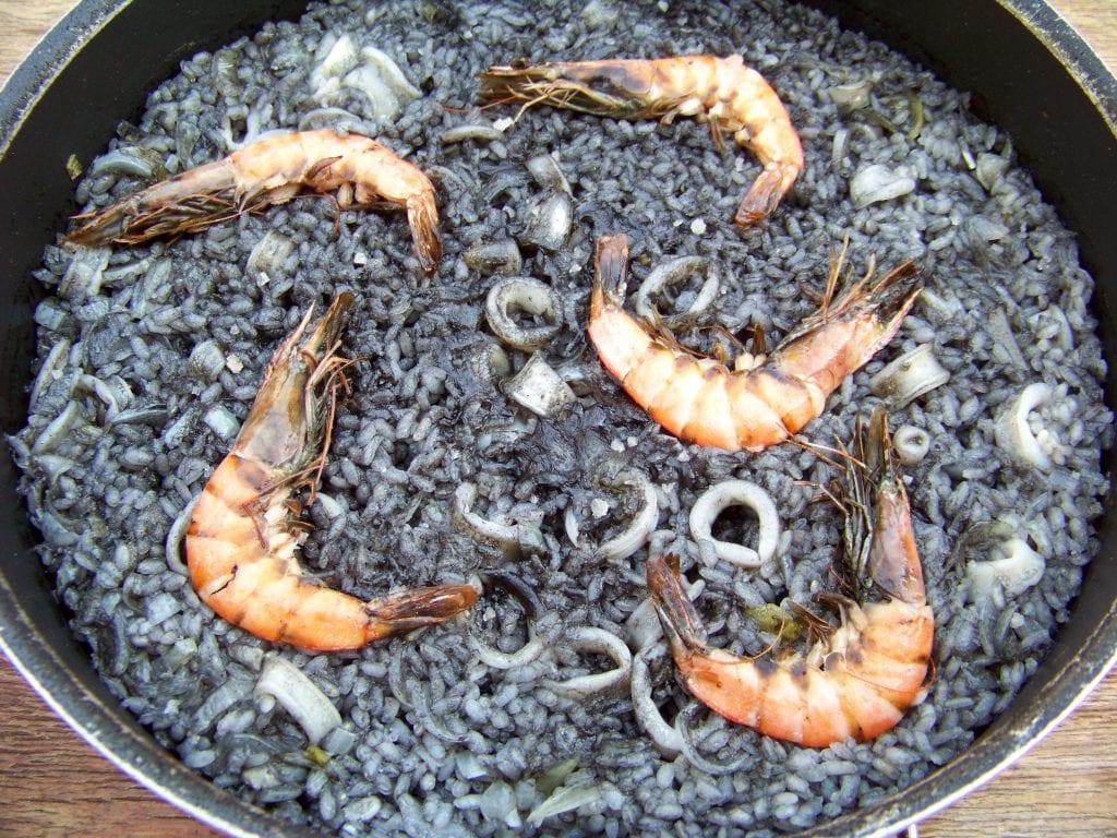riz noir à l'encre aux calmars, et gambas