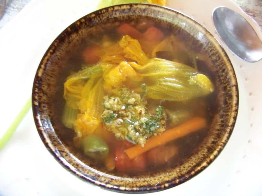 soupe d'été au pesto et fleurs de courgette