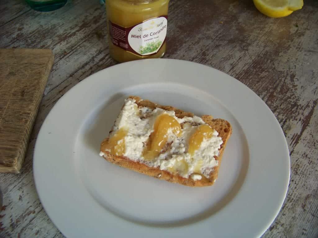 bruschetta au chèvre frais et miel de coriandre