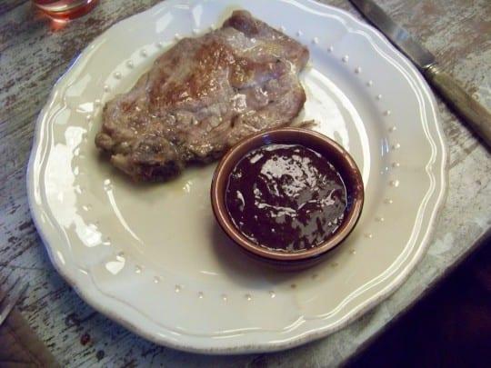 sauce aux prunes avec une viande blanche