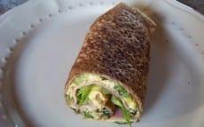 rouleau de galette à l'omelette, jambon et salade